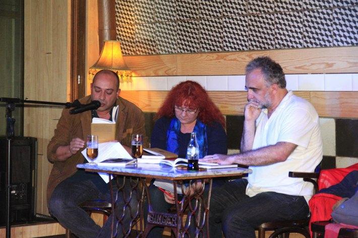 Víktor Gómez durante la presentación de su libro en El Gran Café de León, acompañado por los poetas Víctor M. Díez y Eloísa Otero. © Fotografía: Pedro P. Grande / León Literario.