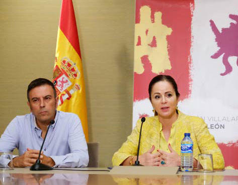 Rafael Doctor, asesor de la Fundación Villalar, y Silvia Clemente, presidenta de la Fundación y de las Cortes, durante la presentación de la convocatoria.