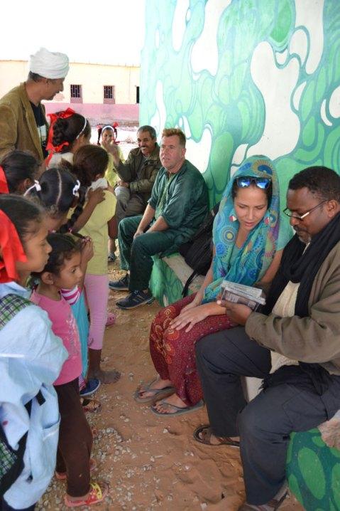 Saharauis y artistas extranjeros dialogan sobre sus obras. Fotografía: Antonio Muñoz.