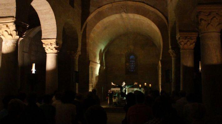 Neønymus. Actuación en la basílica de San Juan de Baños. Fotografía: Cortesía del artista.
