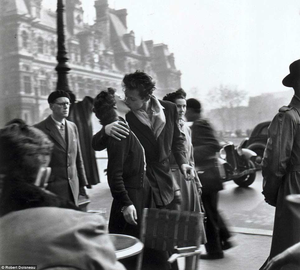 """""""Le baiser de l'Hôtel de Ville"""". © Fotografía: Robert Doisneau."""