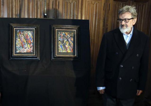 Pablo Gago junto a los dos cuadros que donó a la catedral leonesa en 2015.