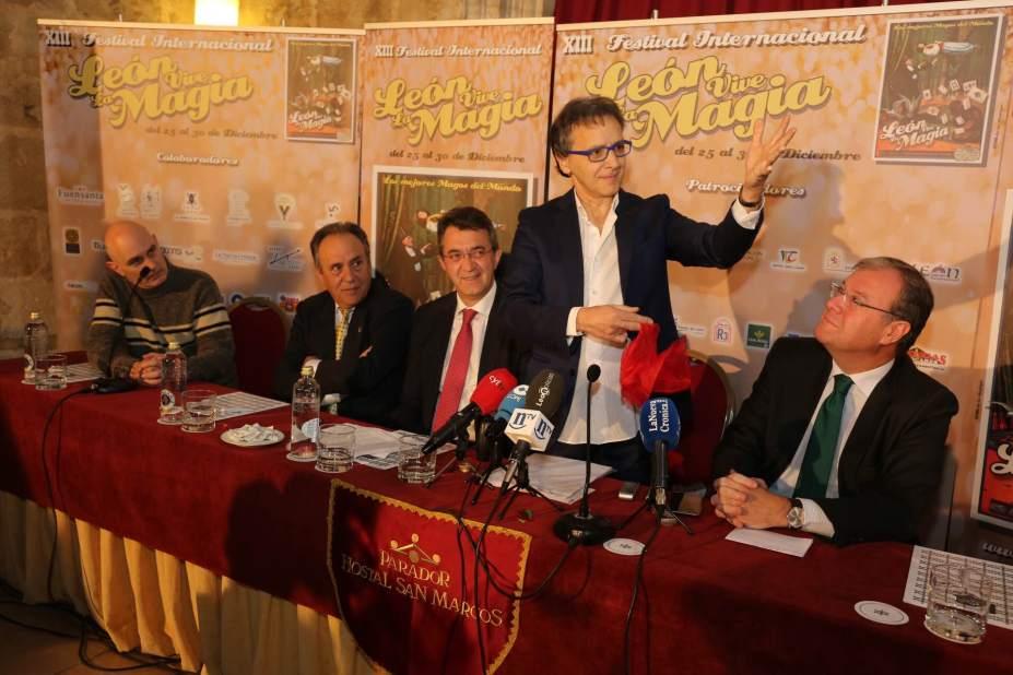 El director artístico del Festival Juan Mayoral durante la presentación con el alcalde de León y el Presidente de la Diputación.