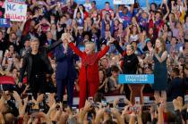 Clinton reforzó el discurso de su rival al rodearse de estrellas del rock como Bon Jovi.