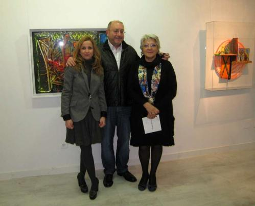 Marga Carnero, Pelayo Ortega y Asunción Robles, en la exposición que realizó el artista asturiano, en Ármaga, en 2013.