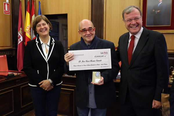 Luis Moreno, en el centro, entre la concejala Margarita Torres y el alcalde de León, Antonio Silván, tras recoger el cheque del premio. © Foto: César Andrés / Ayto. León.
