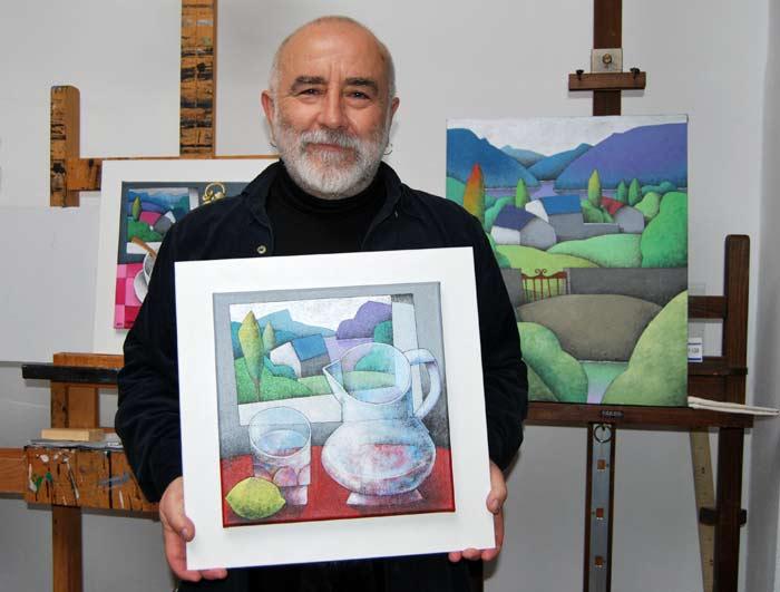"""Manuel Sierra, en su taller, con las obras de """"Paisaje circular"""" antes de llevarlas a la galería. © Fotografía; Isaac Macho."""
