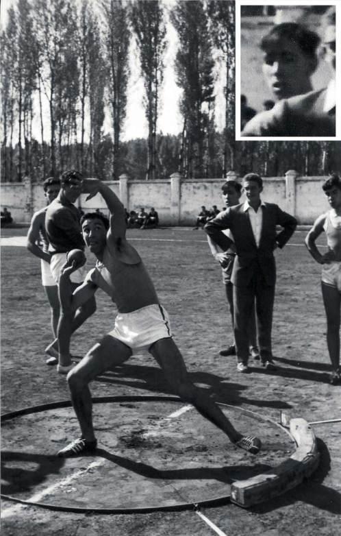 Estadio Hispánico. Años 50. Manuel Jular es el que está detrás de Manuel Urueña (en jarras). Foto: Manuel Martín (Foto Exacta), cedida por Manuel Urueña.