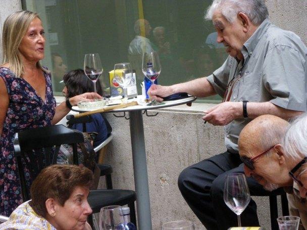 Esperanza Matías conversa con Gamoneda y, abajo, Ángeles Lanza charla con Jular y Vicente García. Septiembre de 2016. Foto: E. Otero.