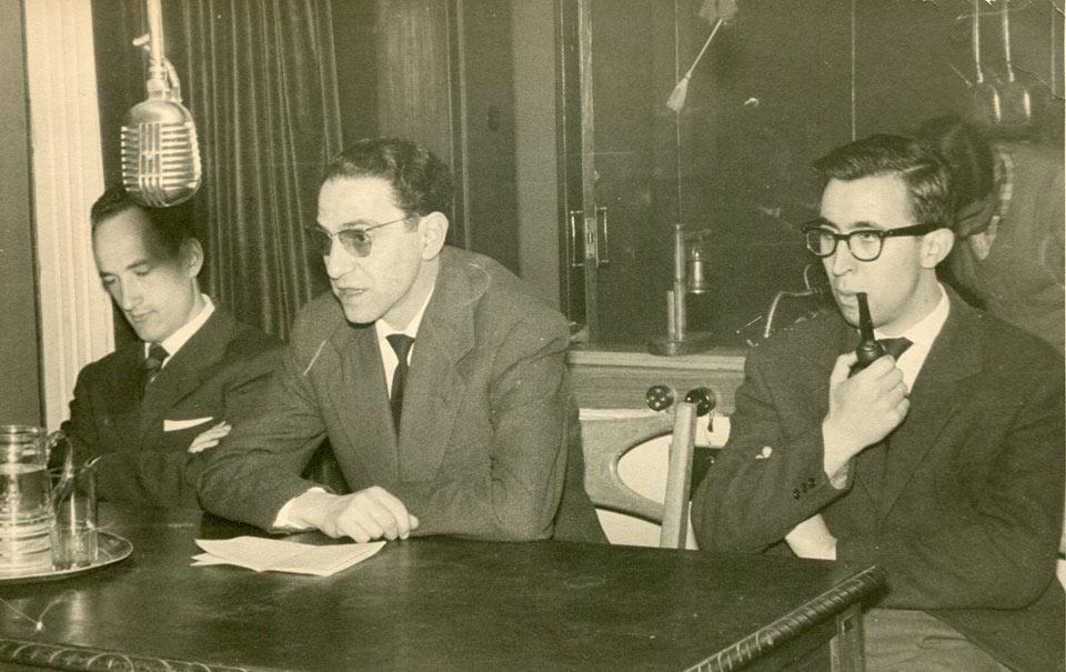 Manuel Jular y Alejandro Vargas en 1961, en La voz de León, con Salvador de Pablos hablando de arte abstracto, cuando aún se podía fumar en los estudios... [Fotografía cedida por A. Vargas]