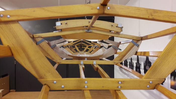 Otra perspectiva de la pieza central de la exposición.