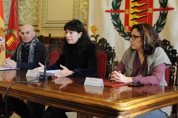 La concejala de Cultura, Ana Redondo, en el centro, con Manuel González, coordinador del Proyecto, y Ruth Bernardo, vicepresidenta de la asociación cultural Grupo Pergamino.
