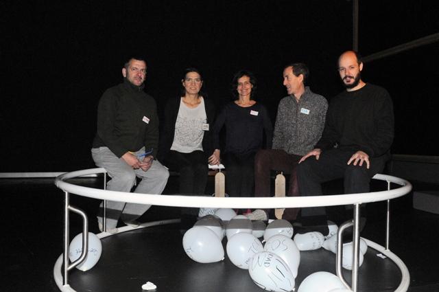 """Equipo """"Estudio (s) sobre la Luna"""". Fotografía: Julia Liébana. 2016. Cortesía de Armadanzas / Aula de Artes del cuerpo (ULE)"""