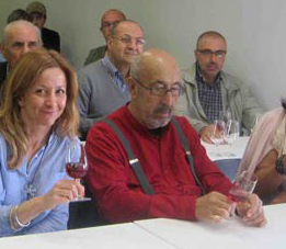 Marga Carnero y Manolo Jular catando vino en Gordoncillo. Foto: E. Otero.