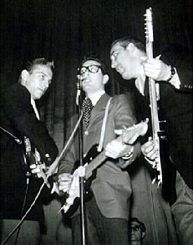 Waylon Jennings y Tommy Allsup%2c que esquivaron a la muerte aquel día%2c flanquean a Buddy Holly%2c que no tuvo tanta suerte.jpg
