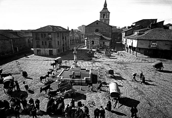 Plaza del Grano (León) en 1955, en una fotografía de Manuel Martín (Foto Exacta).