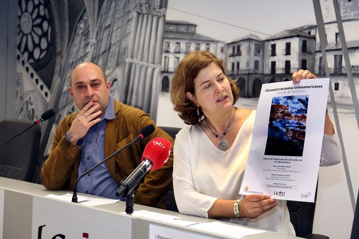 Víctor M. Díez y la concejala de cultura, Margarita Torres, presentando el ciclo. Foto: César Andrés / Ayto. León.