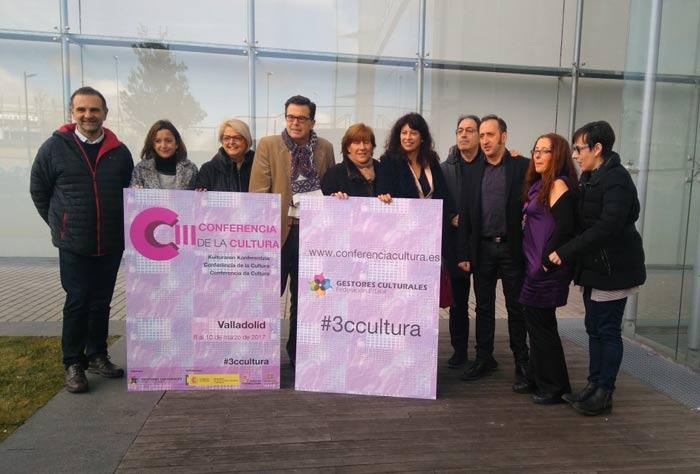 La concejala de Cultura de Valladolid, Ana Redondo, y algunos gestores culturales posan con el cartel del evento. 10-II-2017.