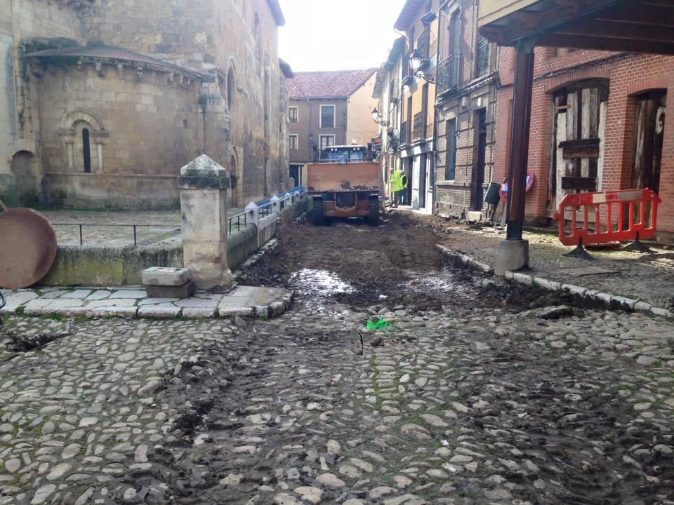 Aspecto del empedrado tras el paso de una excavadora pesada, el lunes 6 de febrero.