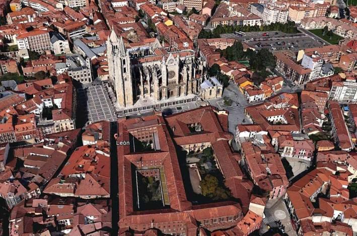 Catedral de León y entorno cercano. Vista aérea Google Earth. Se observan patios y núcleos de manzanas con restos de huertas y ajardinados.