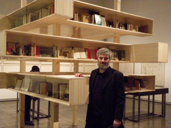 Jesús Palmero, junto a la pieza en la que se muestra la biblioteca de Amable Arias en el Musac. © Fotografía: Eloísa Otero.