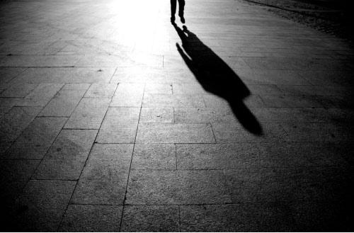 Se abraza la sombra al vacío…