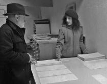 Eduardo Scala y Laura Lio con los grabados dedicados a Xul Solar.