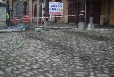 Desperfectos en el empedrado de la Plaza del Grano causados por maquinaria pesada.