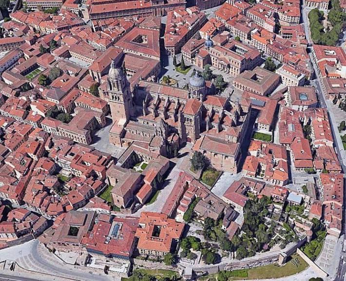 Catedrales de Salamanca y entorno cercano. Vista aérea Google Earth. Se observan patios y núcleos de manzanas con restos de huertas y ajardinados.