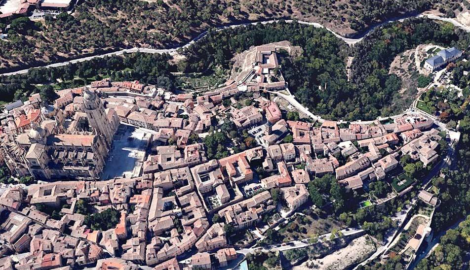 Catedral de Segovia y entorno urbano. Vista aérea Google Earth. Se observan patios y núcleos de manzanas con restos de huertas y ajardinados.