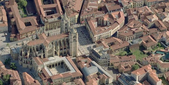 Catedral de León y entorno cercano. Vista aérea Google Earth. Otros patios y núcleos de manzanas con restos de huertas y ajardinados.