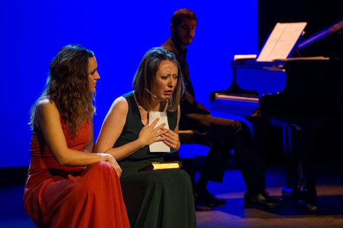 Las actrices María Negro (de rojo) y Alba Frechilla (de verde). © Fotografía: Marta Vidanes.