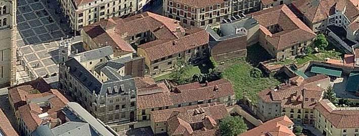Detalles de patios y núcleos de manzanas con restos de huertas y ajardinamientos del entorno Catedral de León. Vista aérea Google Earth.