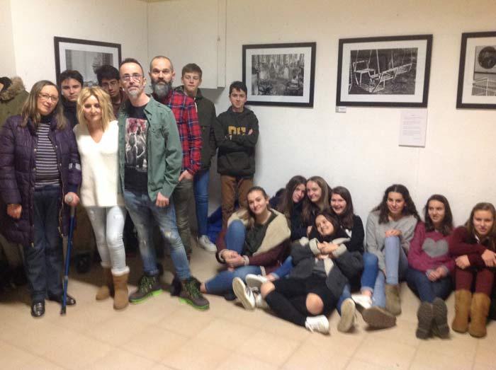 Los fotógrafos en la sala de exposiciones, con los alumnos del colegio.