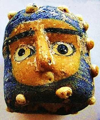 F8. Pequeña figura de un Bes-Jano, luego transformado en un Jano bifronte, hallado en las excavaciones de Pintia. Fuente: revista Vaccea 2007.
