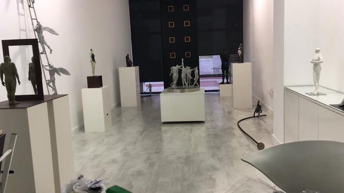 Aspecto de la galería Ármaga, durante el montaje de la exposción.