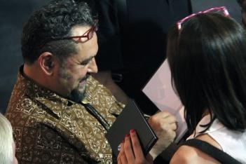 José de León firmando un catálogo. Foto: Juan Luis García.