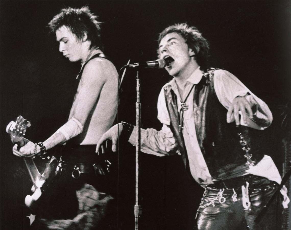Sex Pistols%2c y el punk en general%2c encarnan el espíritu revolucionario y el instinto de combate%2c aunque de mamera más bruta%2c mientras otros han dicho lo mismo con más gracia.jpg