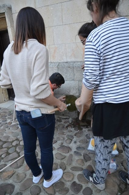 Toma de muestras en la Iglesia de la Plaza del Grano.Fotografía: Cortesía de las artistas.