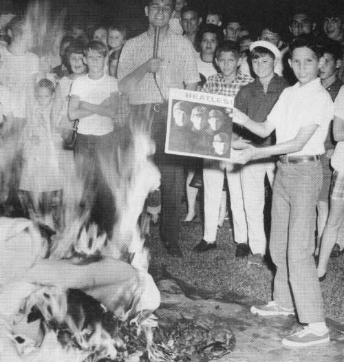 John Lennon causó tan gran escándalo que hubo lugares donde quemaron discos y fotos de los Beatles.jpg