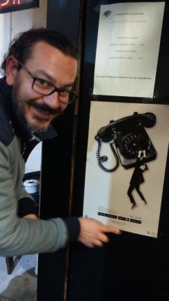 Pablo García, colocando un cartel de su exposición. Foto: E. Otero.