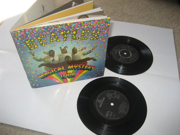 Aunque publicado a finales del año anterior%2c este doble ep de The Beatles seguía fuerte en las listas de febrero del 68 con dos temas.jpg