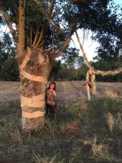 Eugenia Navajo junto a uno de los árboles intervenidos en Cabañas de Polendos