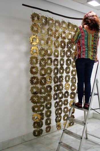 Carmen Madreñarroja colocando una de sus obras.