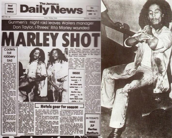 Bob Marley%2c cubierto de sangre%2c muestra la herida del tiro que recibió en un brazo.jpg