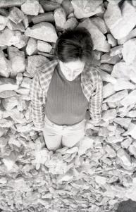 'Hacer aparecer los cuerpos' Fina Miralles, Relació del cos amb elements naturals. El cos cobert de pedres, 1974 Cortesía de Museu d'Art de Sabadell