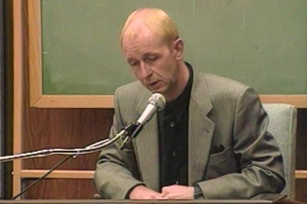 Rob Halford, de Judas Priest, en el juicio en el que se les acusó de incitar con sus letras al suicidio de dos jóvenes.jpg