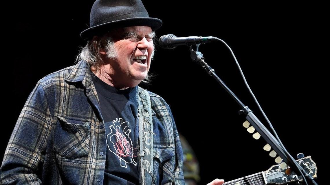 El inagotable Neil Young ha escrito varias veces sobre sus colegas del rock, y a su vez también se ha visto en canciones ajenas.jpg