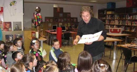 Raúl Vacas durante una sesión de poemas sobre 'niños raros'.