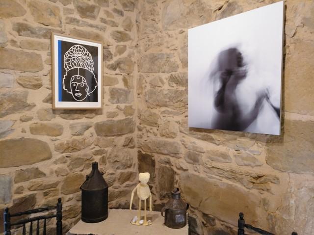 """En la pared, 'Peineta II', de Eduardo Arroyo (izq.), e """"Inquietas"""", de Patricia Núñez (dcha.)."""